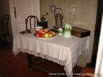 Румяные яблочки присутствуют в интерьере столовой.