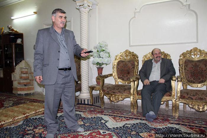 В сирийском доме- восточные ковры и западные стулья вперемешку