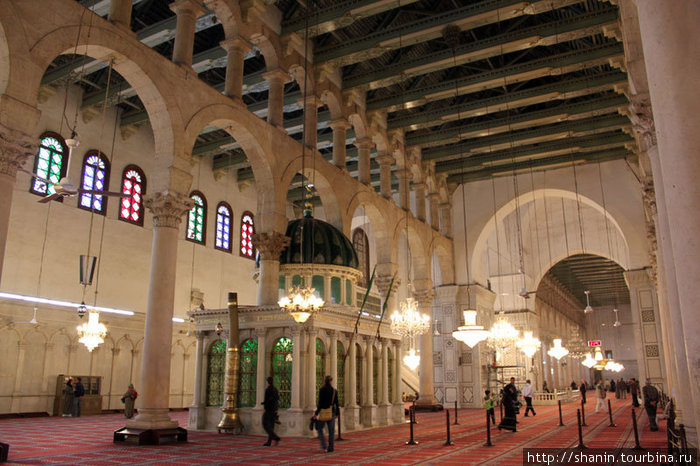 Часовня с головой Иоанна Крестителя находится прямо в молельном зале мечети Омейядов