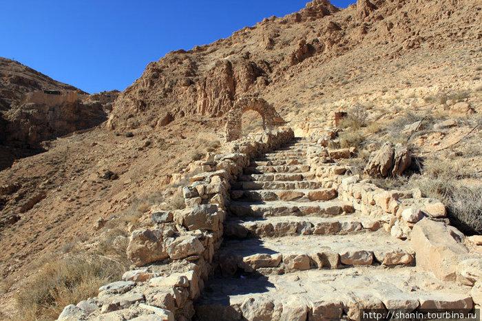 Парадная лестница к монастырю