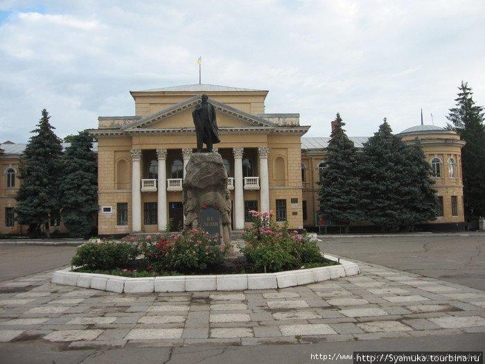 Памятник В. Ленину на площади горда перед Домом культуры.