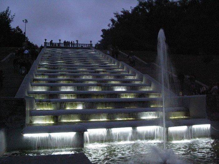 Левее парка Шевченко расположена аллея, ведущая к одному из самых романтических мест Харькова, лестнице с каскадом. .