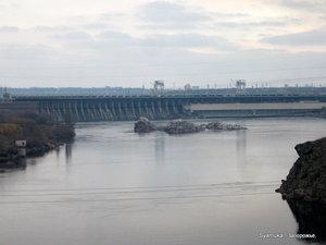 Здесь и было то самое узкое место на Днепре, где у древних была переправа. С моста хорошо видно Днепровскую ГЭС.