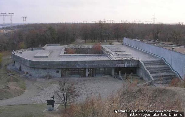 В северной части острова находится музей Запорожского казачества.
