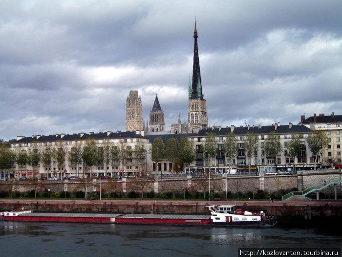 Вид на Сену и владения старого города.