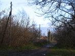 Еще одна улочка. Многие столбы — до сих пор деревянные