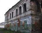 Двухэтажное здание постройки конца XIX века в центре села. Построено для купеческих лавок. Ставни сохранились с тех времен. В советское время тут было несколько магазинов. Сейчас все брошено и рушится
