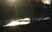 Закат. Солнце льет расплавленный металл в лужи на деревенской улице. Это здесь называют дорогой...