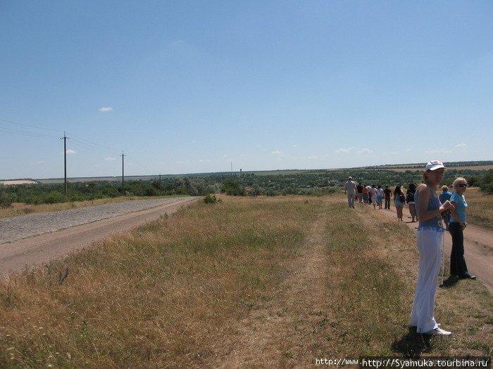 Автобус остановился в 100 метрах от Арбузинского каньона. Все лица, которые будут встречаться на фото — к нам не имеют никакого отношения. Это люди из группы.