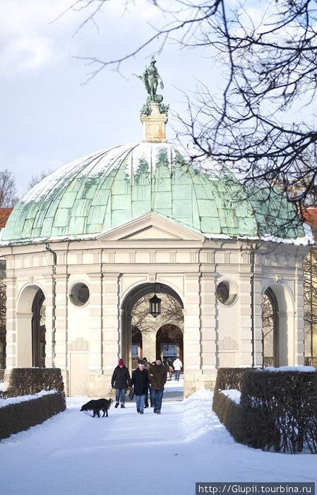 Крышу Храма Дианы украшает копия «Баварской Теллус» — бронзовой статуи работы Губерта Герхарда 1623 г. Оригинал статуи находится в Императорском зале мюнхенского дворца-резиденции.