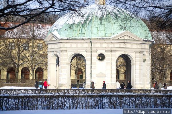 В центре Хофгартена расположен павильон под названием «Храм Дианы», построенный в 1615 г.  В павильоне проходят концерты, по вечерам танцуют салсу, аргентинское танго.