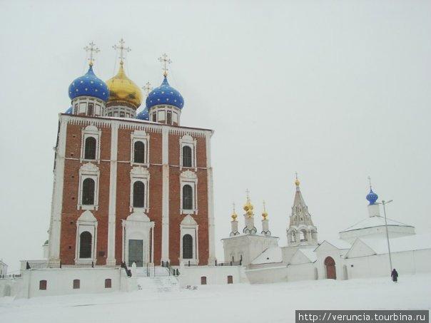 Самый яркий на территории Кремля Успенский собор.
