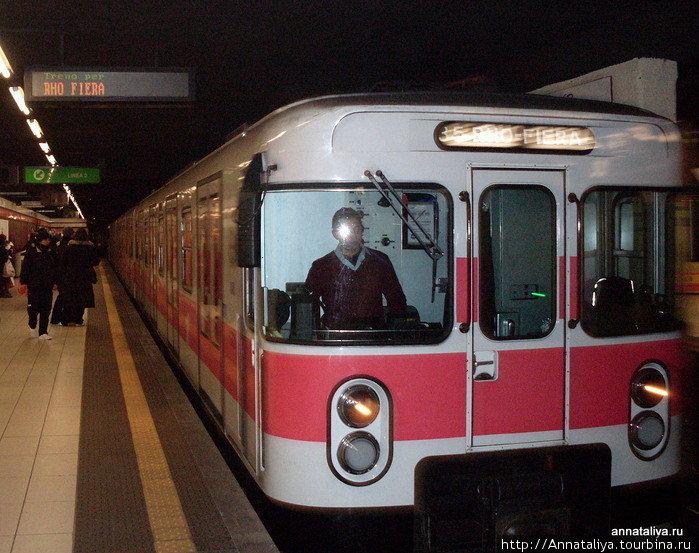Сами поезда тоже не ахти какие. Снаружи вагоны покрашены в те цвета, что и линии, по которым они ходят...