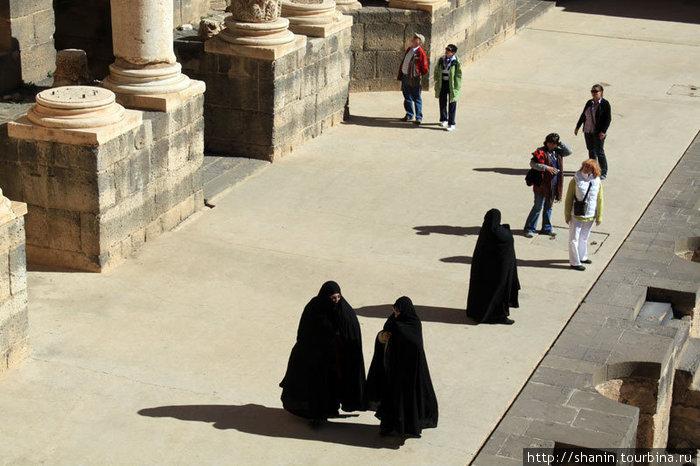 Туристки из Ирака на сцене амфитеатра