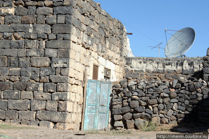 Дома, сараи и заборы строят из добытых на руинах камней