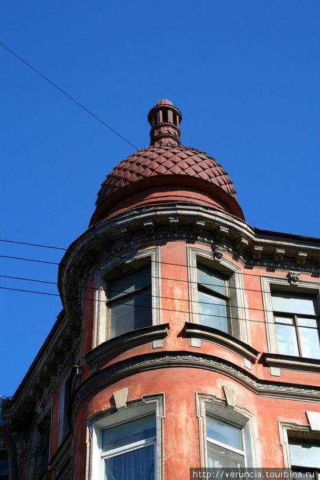 Башенки и шпили — характерный стиль Петроградки.