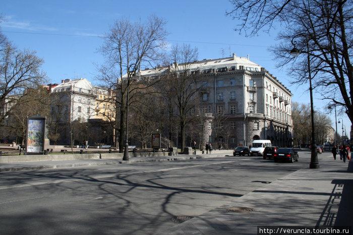 Середина Каменноостровского пр., сквер рядом с проходным двором.