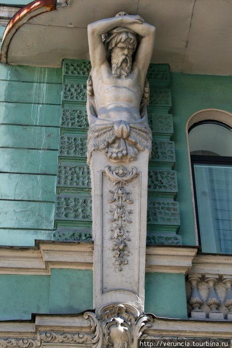 Кариатида, украшающая дом на ул. Ленина.