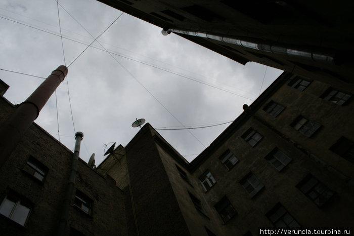 Рваное крышами небо Петроградки.