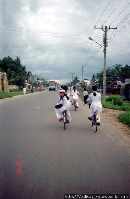 Девушки на велосипедах. Удивительно, но такие белые одежды они носят ежедневно.