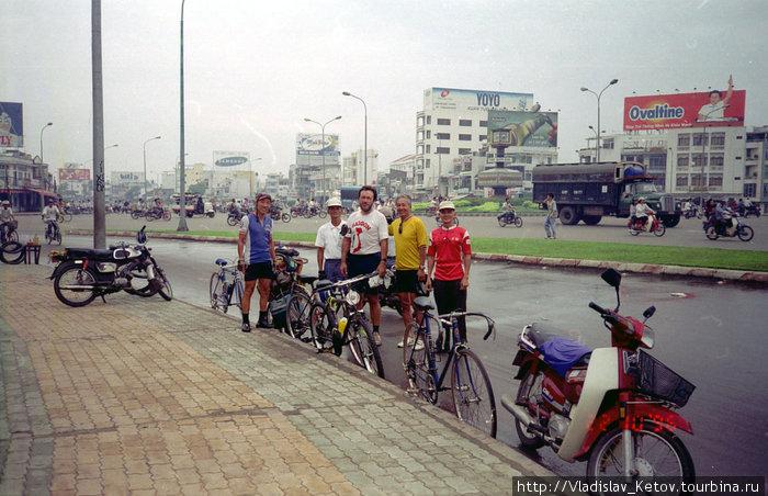С местными велосипедистами