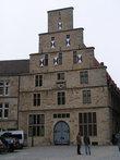 Здание со ставнями