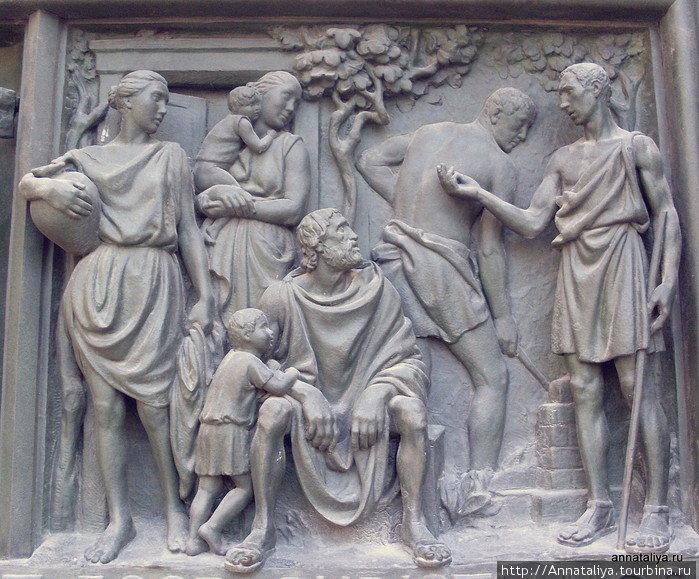 Снаружи собор украшен 2245 статуями