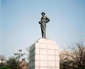 Памятник американскому генералу Мак-Артуру.