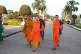 Люди в ораньжевых одеяниях украшают эту страну