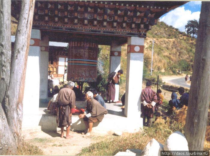 Старики крутят молитвенные колёса