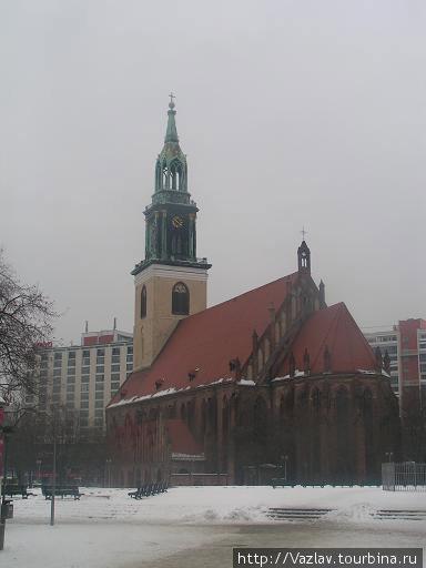 Церковь посреди площади
