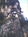 Монастырь Таксанг-Лакханг (гнездо тиицы) над пропастью. Снимок сделан до пожара 1998, когда весь монастырь сгорел дотла и погибло несколько монахов.