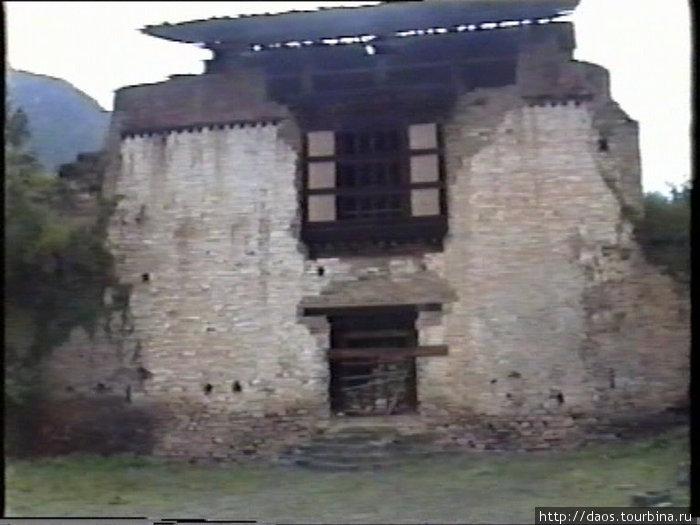 Разрушенный Другьел-дзонг в окрестности Паро, на пути к Тибету и границе у подножья горы Джомолгари (7400)