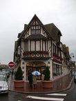На маленькой площади, которой в 2008 г. присвоено имя великого кутюрье Ив Сен-Лорана — друга города.