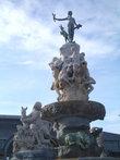 Неработающий фонтан в центре города.