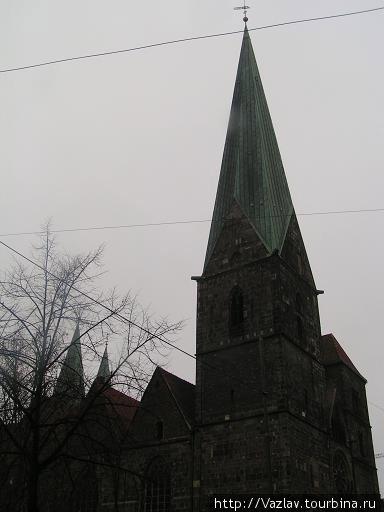 Вид на северную башню; южная полускрыта, но всё же видна справа