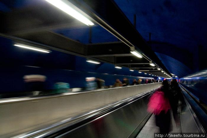 Переход между станциями с траволаторами, помогающими двигаться быстрее