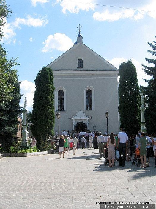 В центре Золочева на улице Григория Сковороды расположена православная церковь Воскресенья Господнего.