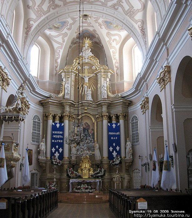 Убранство костела поразило своей роскошью и великолепием. В качестве центральной росписи было видно копию