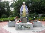 Рядом с церковью — скульптурное изображение Девы Марии.