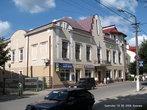 Оформлены в трехцветной гамме в различных сочетаниях желто- розово- серо-бело-бежевые дома, в основном двухэтажной застройки, с бордовыми крышами, характерны для Старого города.