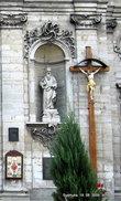 Костел выполнен в стиле барокко с многочисленными скульптурными изображениями святых (в нишах установлено пять каменных скульптур), с барельефами, с часами на башне и колоколом.