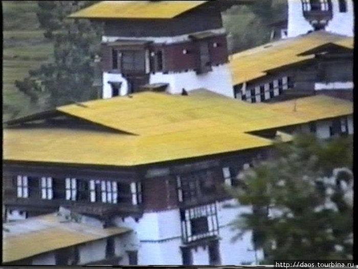 Монах сидит на крыше