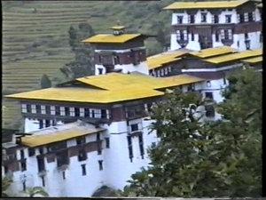 А на крыше в медитации сидит монах — маленькая точка под башней