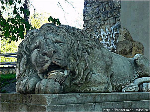 Мраморный лев у Пороховой башни.