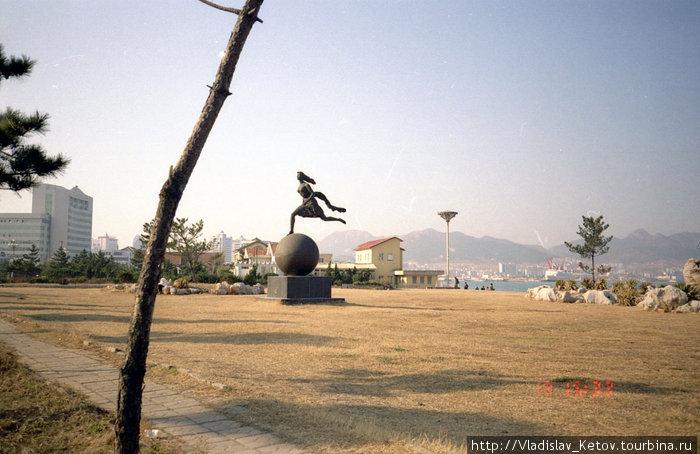 В Китае видел много необычных памятников. Они есть почти в каждом городе и порой, глядя на некоторые из них, сложно догадаться, что же они изображают. У китайцев развито образное мышление.