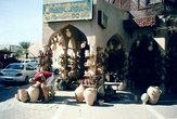 Туристический рынок Низвы. Лучший сувенир — конечно же, кувшин. А в этом кувшине, пожалуй, прятался Буратино.