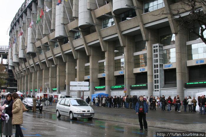 А ведь вдоль стадиона это очередь в кассы за билетами на матч с