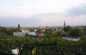 Вид на город с пригорка на окраине. Надо всем доминирует башня и церковь