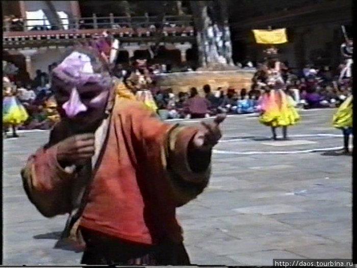 Шут передразнивает танцоров